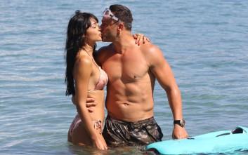Τρυφερές στιγμές στην παραλία για τον Σόμμερ και το κορίτσι του