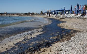Η πετρελαιοκηλίδα έφτασε μέχρι τις παραλίες σε Ελληνικό και Άλιμο