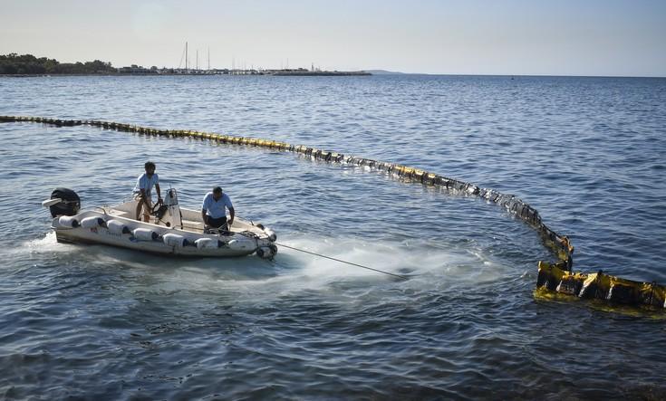 Σκάφος απορρύπανσης έστειλε η Κομισιόν στον Σαρωνικό
