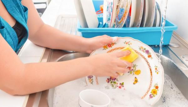 Το κόλπο για να απολυμάνετε το σφουγγαράκι πιάτων σε τρία λεπτά