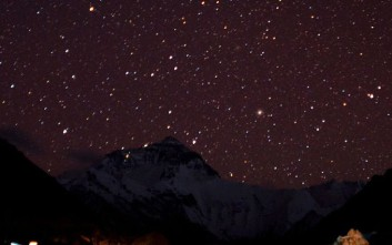 800px-Starry_night_at_Mount_Everest