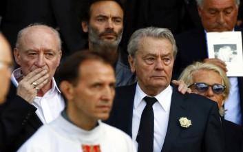 Συντετριμμένος ο Αλέν Ντελόν στην κηδεία της πρώην συζύγου του