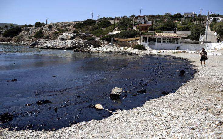 Χωρίς ορυκτέλαια οι παραλίες του δήμου Σαρωνικού