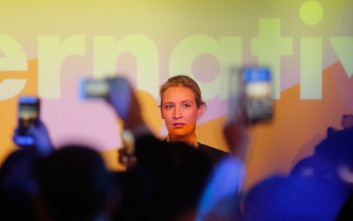 Η 38χρονη ομοφυλόφιλη τραπεζίτρια που «έβαλε» το ακροδεξιό AfD στη γερμανική βουλή
