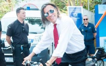 Ο Ηλίας Ψινάκης ποζάρει σε ποδήλατο της ΕΛ.ΑΣ. στη ΔΕΘ