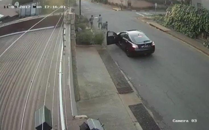 Προσπάθησαν να την κλέψουν αλλά το περιεχόμενο της τσάντας της έδωσε… υπερδυνάμεις