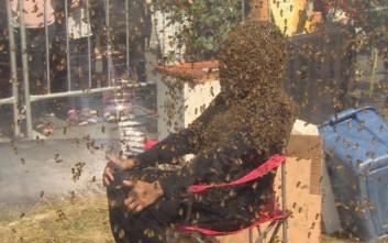 Ο άνθρωπος που δεν φοβάται τις μέλισσες και το έδειξε καταρρίπτοντας ένα ρεκόρ