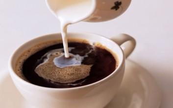 Γιατί να αποφεύγετε τον καφέ με το γάλα