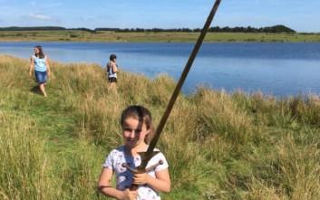 Κοριτσάκι ανακάλυψε ξίφος στη λίμνη που ο βασιλιάς Αρθούρος πέταξε το Εξκάλιμπερ