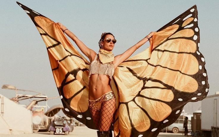 Με φτερά και διχτυωτό καλσόν η Alessandra Ambrosio