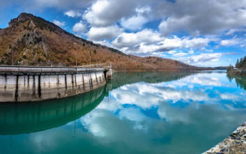 Εικόνες σαν καρτ ποστάλ στη Λίμνη Πλαστήρα