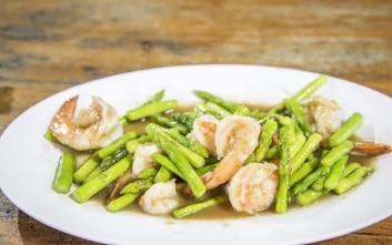 Σαλάτα με σπαράγγια και γαρίδες