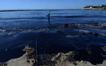 Παραδίδονται οι ακτές του Παλαιού Φαλήρου που επλήγησαν από την πετρελαιοκηλίδα