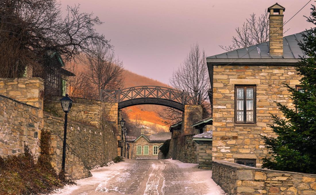 Σε απόσταση 57 χιλιομέτρων από την πόλη της Φλώρινας βρίσκεται ένας διατηρητέος παραδοσιακός οικισμός, ιδιαίτερα δημοφιλής και αγαπητός στους επισκέπτες.