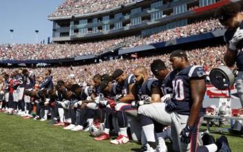 Παίκτες του NFL αψηφούν τον Τραμπ και γονατίζουν στον εθνικό ύμνο