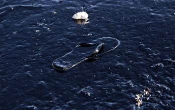 Οι άνεμοι παρέσυραν μεγάλα κομμάτια της πετρελαιοκηλίδας προς την Πειραϊκή