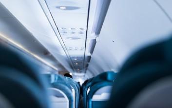 Να τι σημαίνουν αυτά τα μικρά μαύρα τρίγωνα στην καμπίνα του αεροσκάφους