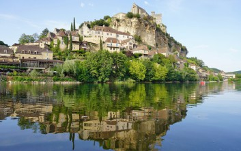 Το γαλλικό χωριό που είναι χτισμένο μεταξύ γκρεμού και ποταμού