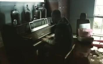 Μπήκε στο πλημμυρισμένο σπίτι του και άρχισε να παίζει πιάνο