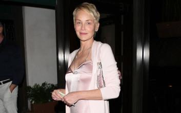 5f032ae3c69d Με σατέν φόρεμα και χωρίς σουτιέν η Sharon Stone – Newsbeast