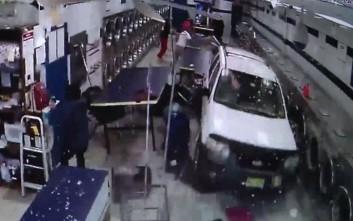 Βίντεο που κόβουν την ανάσα από «εισβολή» ενός SUV μέσα σε κατάστημα