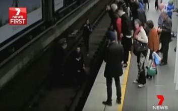 Άνδρας λιποθυμά και πέφτει στις γραμμές του τρένου