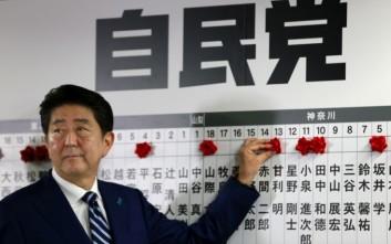 Ο κυβερνών συνασπισμός του Άμπε οδεύει προς μεγάλη νίκη στις ιαπωνικές εκλογές