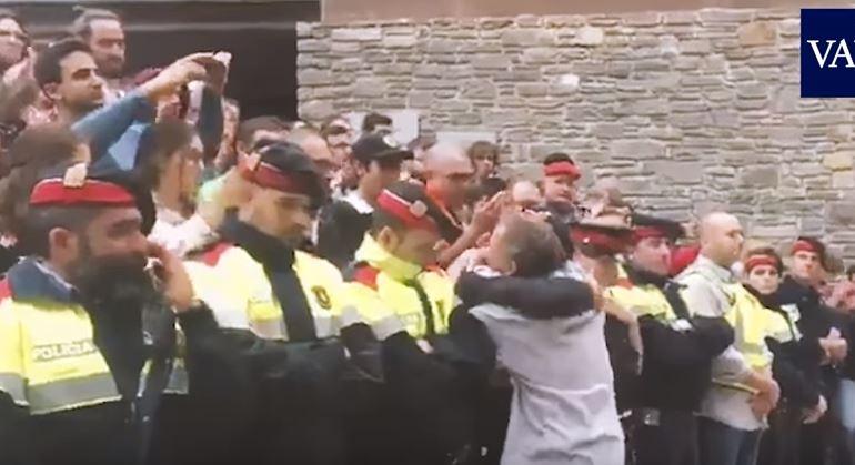 Συγκλονιστικό βίντεο με Καταλανούς αστυνομικούς να ξεσπούν σε λυγμούς a4b66f5f36d