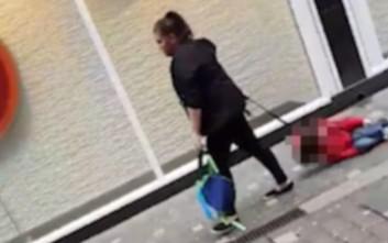 Μητέρα σέρνει το αυτιστικό παιδί της στο πεζοδρόμιο