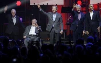 Στην ίδια σκηνή πέντε πρώην πρόεδροι των ΗΠΑ για τα θύματα των τυφώνων