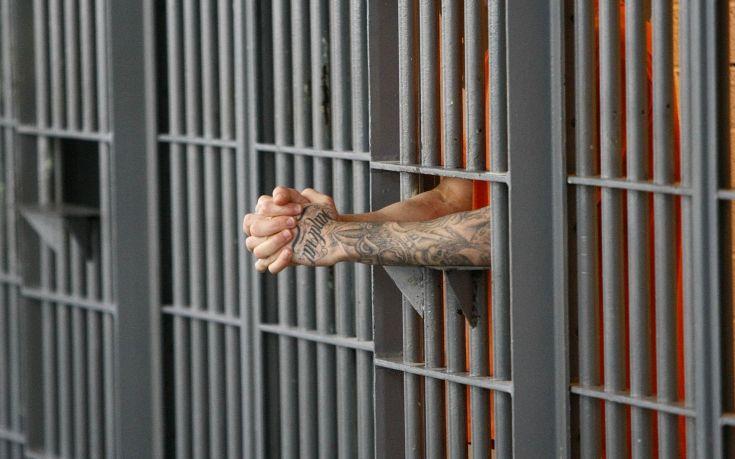 Το εγχειρίδιο για να κερδίζεις λεφτά από το κράτος ως… κρατούμενος