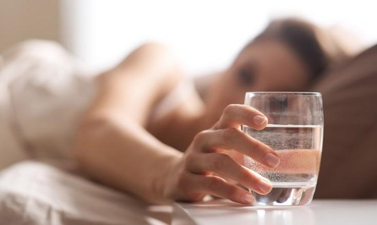 Τι κινδύνους κρύβει ένα ποτήρι νερό που έχει μείνει όλη νύχτα στο κομοδίνο
