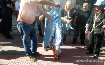 Φωτιά στις ρόμπες τους έβαλαν οι εργαζόμενοι στα δημόσια νοσοκομεία