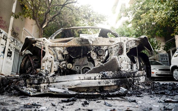 Φωτογραφίες από τα αυτοκίνητα που κάηκαν στα Εξάρχεια