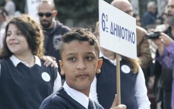 Μυστήριο πώς έχασε την ελληνική σημαία ο Αμίρ και βρέθηκε με την ταμπέλα του σχολείου