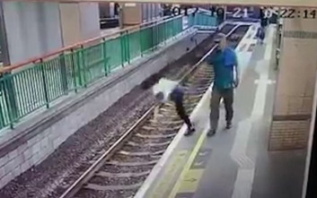 Άνδρας σπρώχνει μια γυναίκα στις ράγες του τρένου και φεύγει