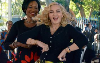 Η πρώην κολλητή της Μαντόνα την κατηγορεί ότι δεν δίνει δεκάρα για τους θαυμαστές της