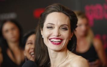 Η Angelina Jolie στην έρημο με άγρια ζώα