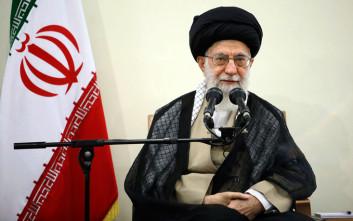 Κίνηση με υψηλό συμβολισμό στο Ιράν, ο Αγιατολάχ Αλί Χαμενέι επικεφαλής της προσευχής της Παρασκευής