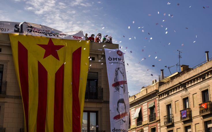 Εταιρίες και τράπεζες «εγκαταλείπουν» την Καταλονία