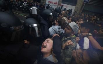 Μάχες σώμα με σώμα στα εκλογικά κέντρα στην Καταλονία – Newsbeast 964f33860b9