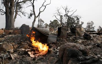 Παραδομένη στις φλόγες παραμένει η Καλιφόρνια