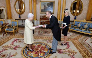 Γιατί η βασίλισσα της Αγγλίας κουβαλά μετρητό μία μέρα τη βδομάδα