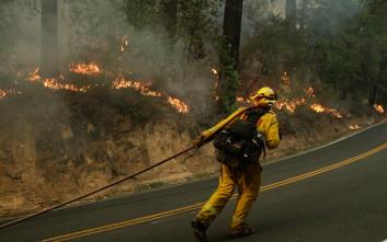 Μαίνεται η πυρκαγιά στην Καλιφόρνια, χιλιάδες άνθρωποι εγκατέλειψαν τα σπίτια τους