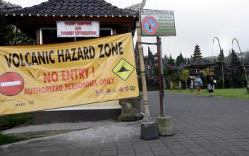 Η Ινδονησία επιμένει πως το Μπαλί είναι ασφαλές παρά το ηφαίστειο που «ξύπνησε»