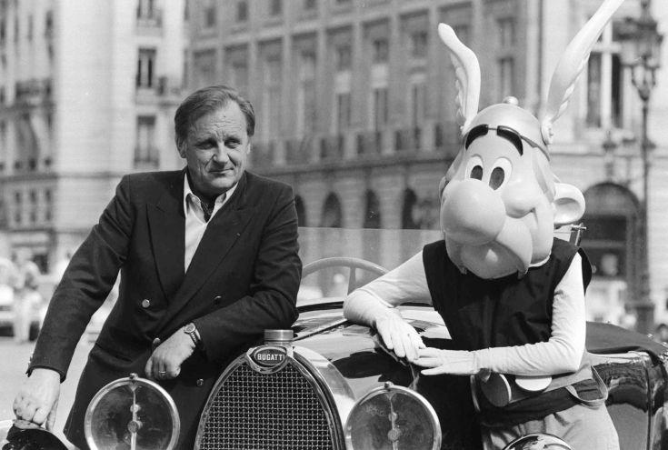ARCHIV---Der franzoesische Zeichner und geistige Vater von Asterix, Obelix und den uebrigen schlagkraeftigen Bewohnern des kleinen gallischen Dorfes, das nicht aufhoert, den Roemern Widerstand zu leisten, Albert Uderzo - hier im Septembere 1985 auf einem 1927er Bugatti zusammen mit der Komikfigur Asterix - wird am 25. April 70 Jahre alt. (AP Photo/fls/Boitet)