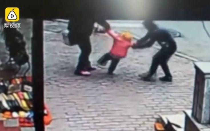Προσπάθησε να αρπάξει το παιδί του στη μέση του δρόμου