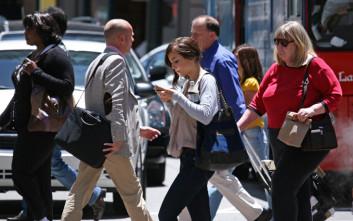Πρόστιμο αν περπατάς και γράφεις μήνυμα στο κινητό σου
