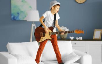 θόρυβος σπιτι παιδι κιθαρα