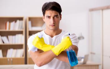Πώς καθαρίζει ο άντρας το μπάνιο του με τον αποτελεσματικό «αντρικό τρόπο»